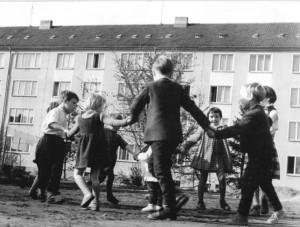 796px-Bundesarchiv_Bild_183-82404-0002,_Chemnitz,_Wohnblocks,_Spielende_Kinder